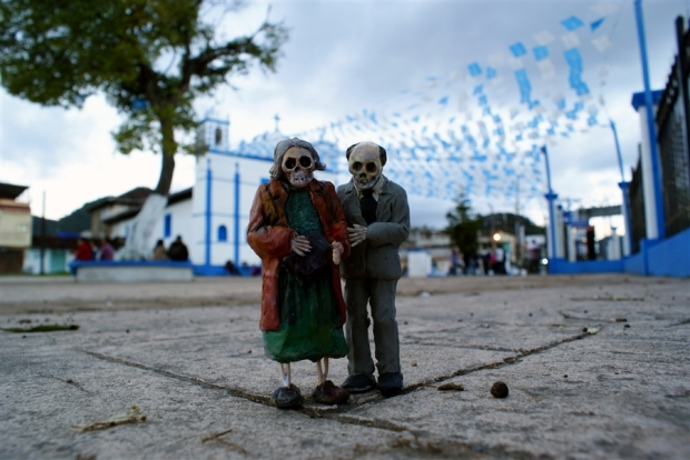 Miniature Cement Skeletons by Isaac Cordal